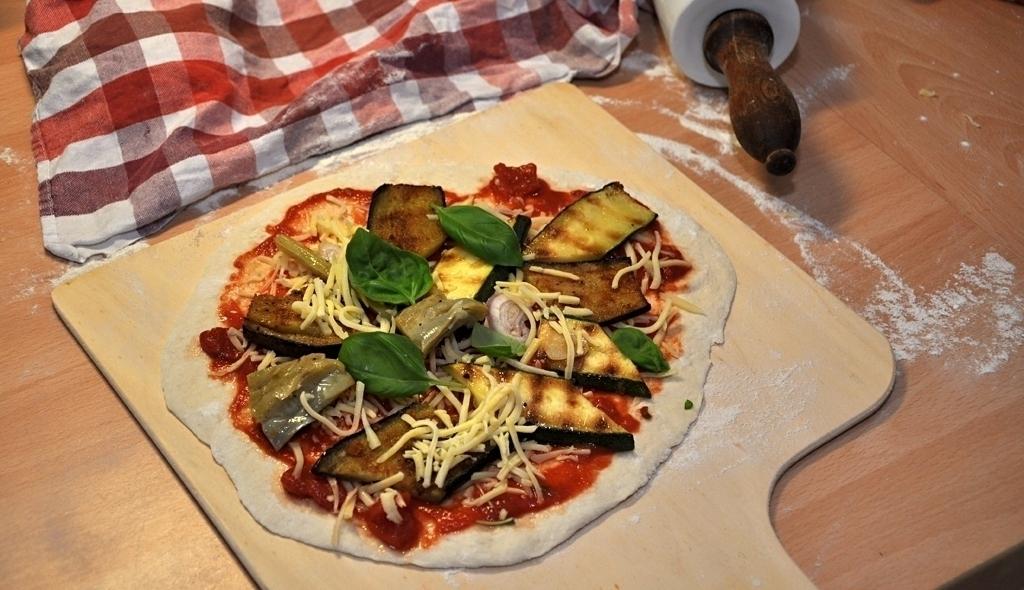Pizza mit Belag