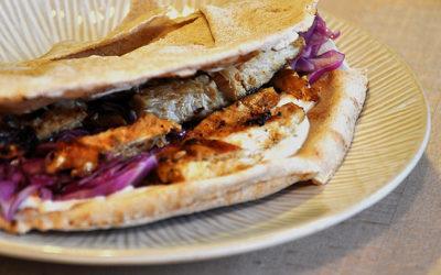 Shawarma mit Hühnchen im Fladenbrot
